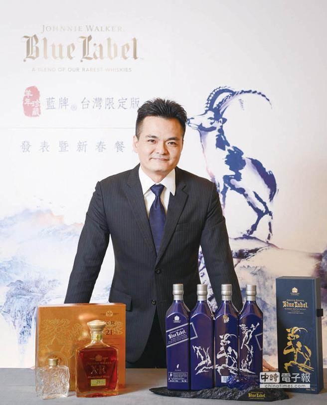 帝亞吉歐台灣分公司總經理王孝倫揭示新品JOHNNIE WALKER藍牌蘇格蘭威士忌《羊年珍藏》台灣限定版、JOHNNIE WALKER XR 21年蘇格蘭威士忌「金玉滿堂」與「琉璃酒瓶」禮盒。