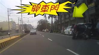 開車門釀禍 騎士遭彈飛險被輾