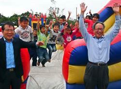 退休總經理打造跳跳屋 學童玩瘋了