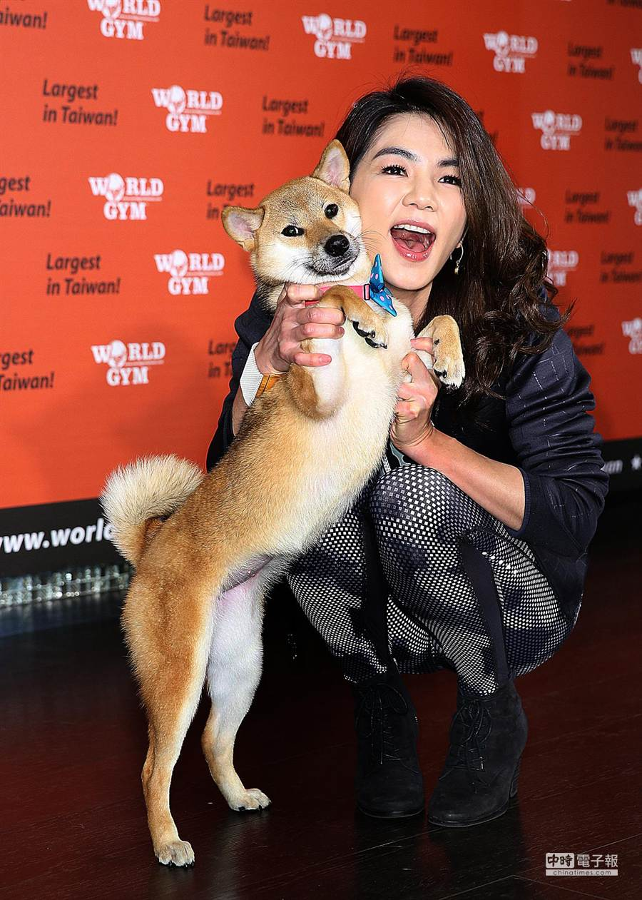 Ella帶愛犬布丁出席活動,呼籲以認養代替購買。(張祐銘攝)