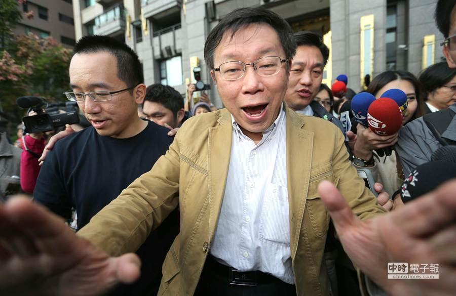 台北市長柯文哲南下高雄探視保外就醫的陳水扁,結束後在陳致中的陪同下步出大門,現場一片混亂柯文哲伸手示意大家小心安全。(謝明祚攝)