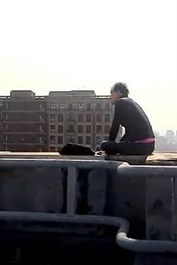 赴女友墜樓地點 失意男險步後塵