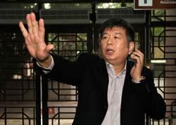 興富發董事長鄭欽天出庭 不滿媒體跟拍
