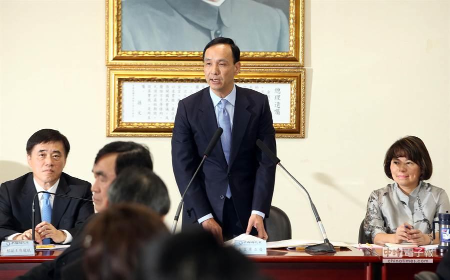 朱立倫黨主席(中)首次主持中常會表示,進行國民黨組織的重新調整,將朝內造化、志工化及戰鬥化三大目標。(王英豪攝)