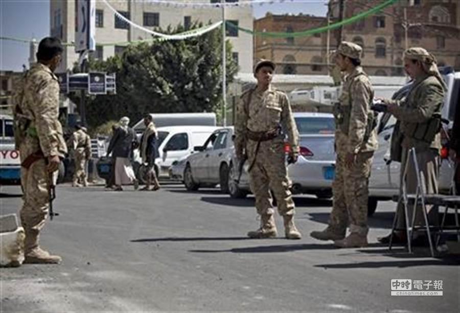 「青年運動」日前攻占總統府,身穿迷彩軍服的民兵駐守在總統府外的街道上。(美聯社)