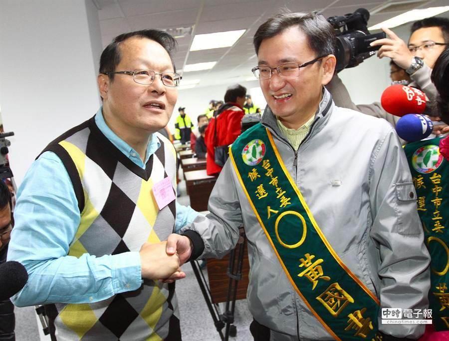 抽籤前候選人黃國書(右起)與蕭家淇握手致意展現風度。(范揚光攝)