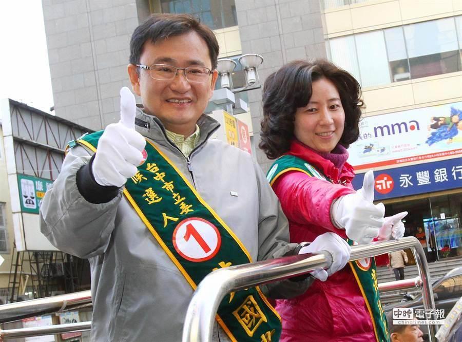 民進黨提名候選人黃國書(左)抽到1號後與妻子登上宣傳車掃街。(范揚光攝)