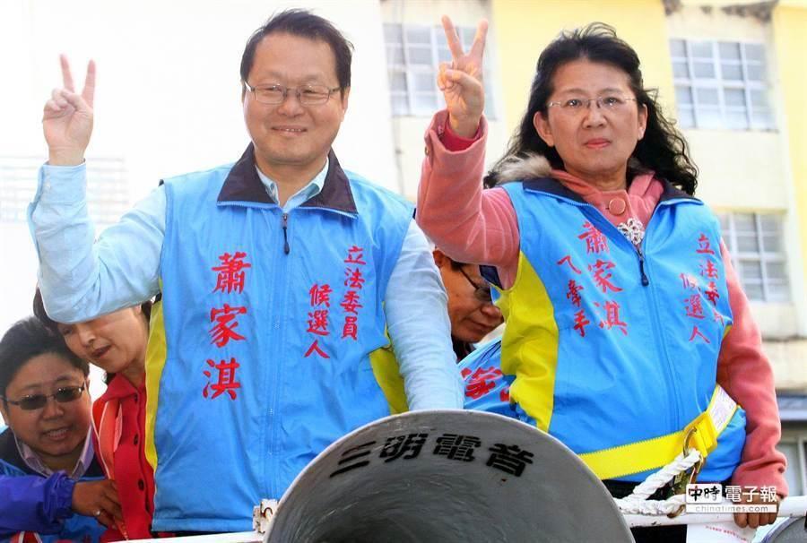 國民黨提名候選人蕭家淇(左)抽到2號後與妻子掃街拜票。(范揚光攝)