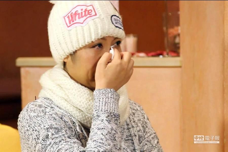 罹患乳癌的詩雅看到五月天送來的結婚祝福影片,情緒激動淚崩。(圖由中天提供)
