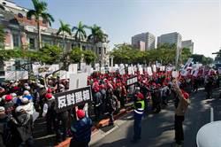 消防設備士集結兩院  赴內政部抗議
