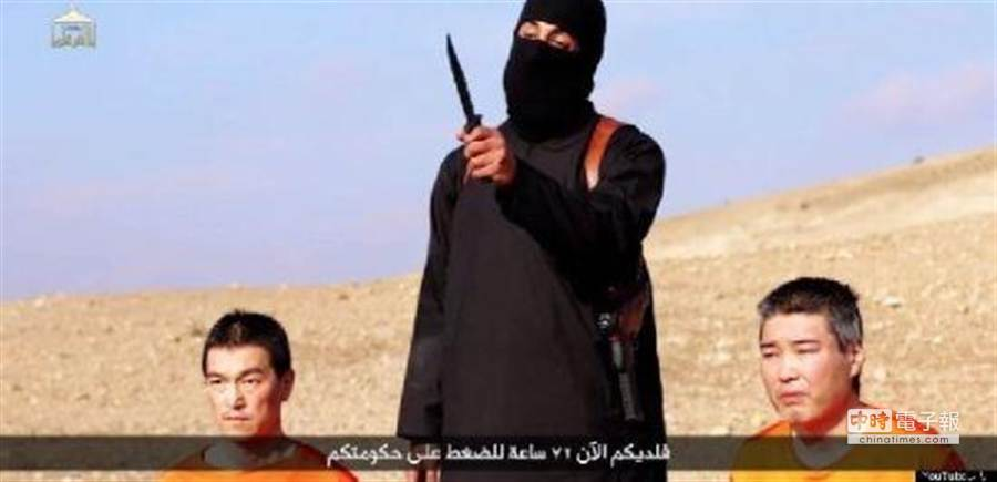 伊斯蘭國透過網路影片,向日本勒索2億美金,否則就要殺了這2名日本人質。(圖取自網路影片)