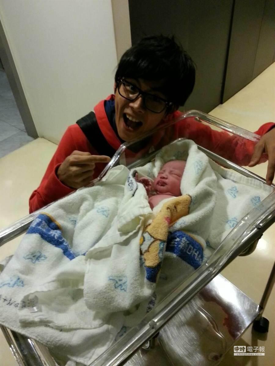 阿翔跟剛出生的兒子開心合照。(百是提供)