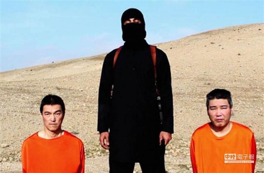在IS勒索日本政府交付巨額贖金的影片截圖中,2名日本人質分別是後藤健二(左)和湯川遙菜(右)。(美聯社)