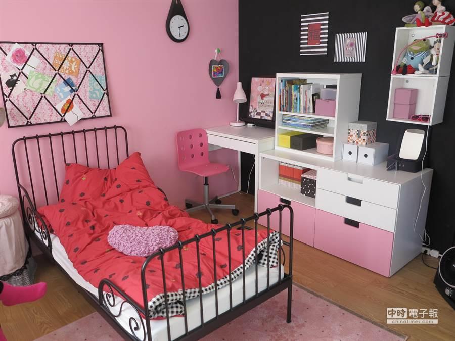 IKEA House採北歐風佈置,圖為三樓的學生臥室;其他還有客廳、餐廳、主臥室、兒童房等。(馮景青攝)