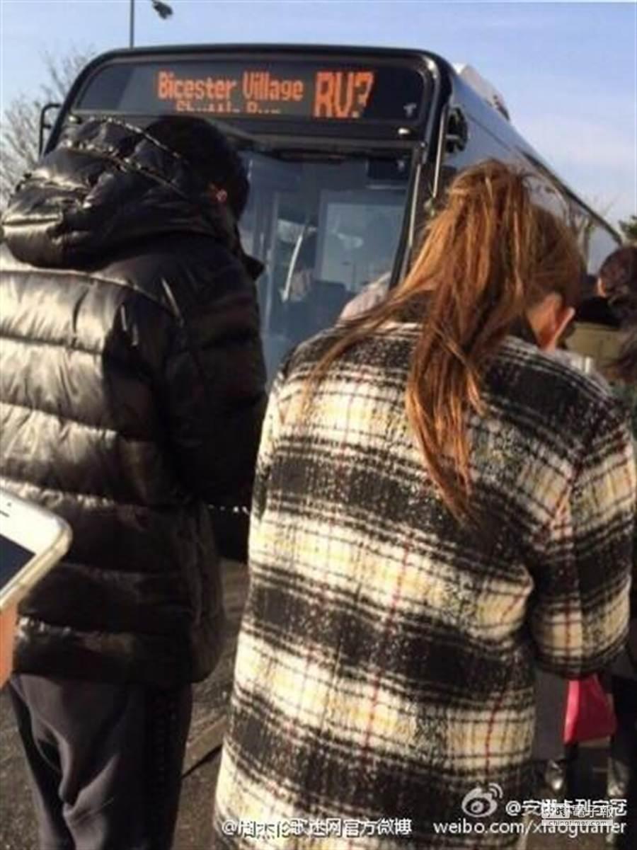 周杰倫與昆凌排隊等巴士。(圖/取自周杰倫歌迷官方微博)
