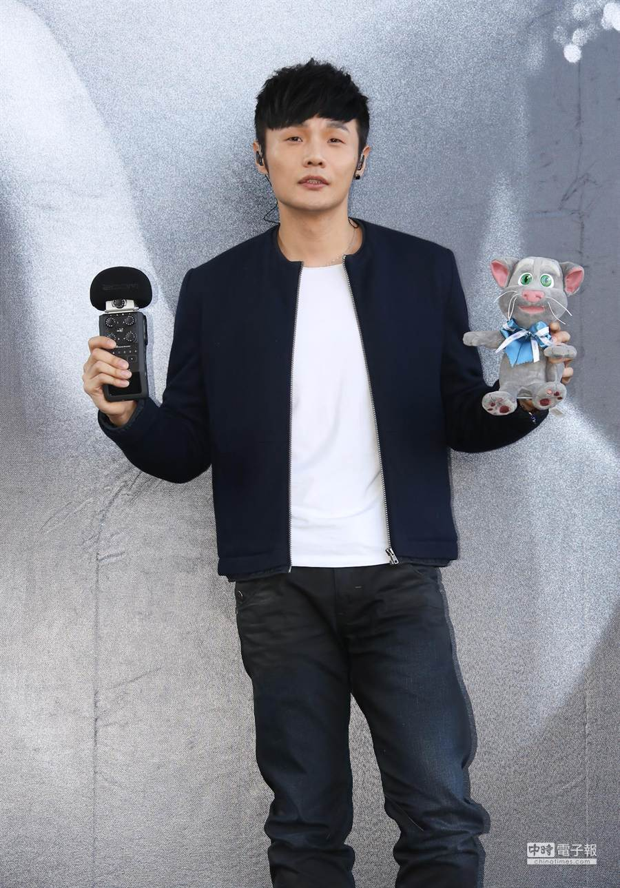 唱片公司送上『隨身錄音筆』,希望李榮浩能寫出更多膾炙人口的經典好歌。(羅永銘攝)