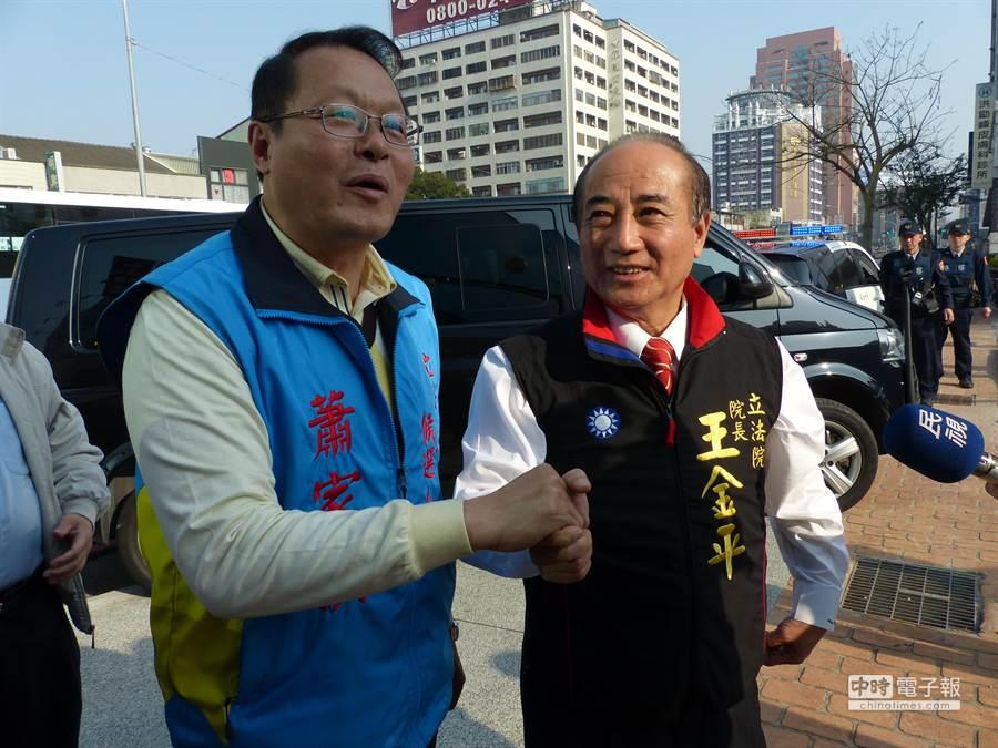 立法院長王金平(右)今天下午為國民黨台中市立委補選候選人蕭家淇站台,情義相挺。(黃進恭攝)