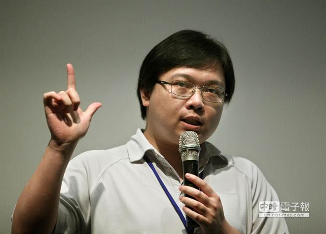 網路擁核團體「核能流言終結者」創辦人黃士修(如圖)在《反核謬論全破解》新書中以科學論證破解核能謠言。(王錦河攝)