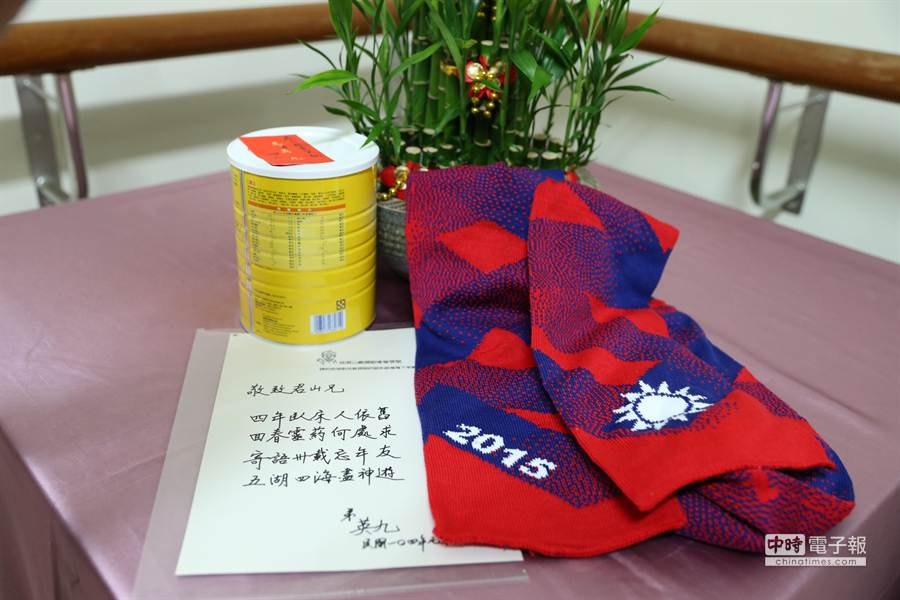 馬英九總統25日拜訪前清大校長沈君山,親手題贈詩句,並致贈營養品及國旗圍巾。(徐養齡攝)