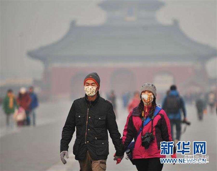 北京身陷霾伏3日,全城空氣質量持續不佳,大陸官方已先後發佈重污染黃色預警、霾黃色預警。(取自新華網)