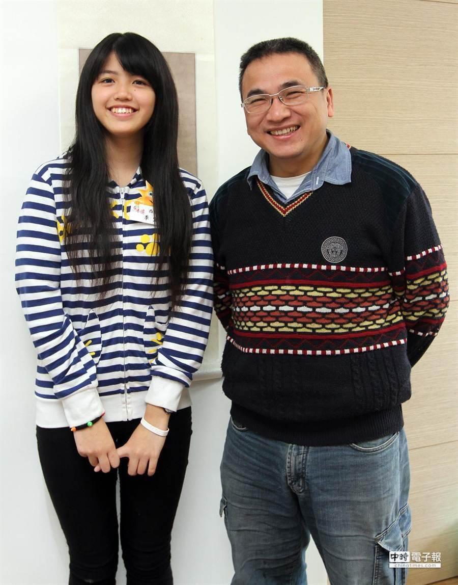 受獎學生李宜真(左)開心和長期認養她的叔叔李基銘(右)一起合影留念。(趙雙傑攝)