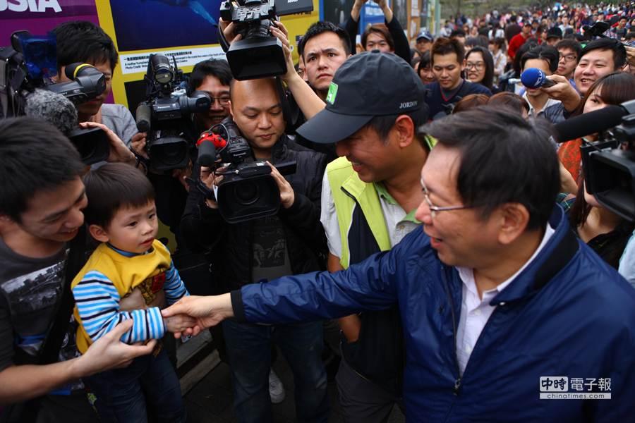 台北市長柯文哲(右)今指出,監聽應分級分類,可採先斬後奏登記制。(張立勳攝)