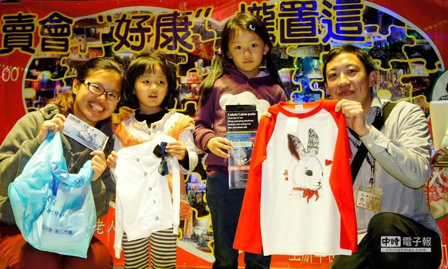 3歲藍小妞(左二起)與6歲藍俏妞兩姊妹齊做公益。(盧金足攝)