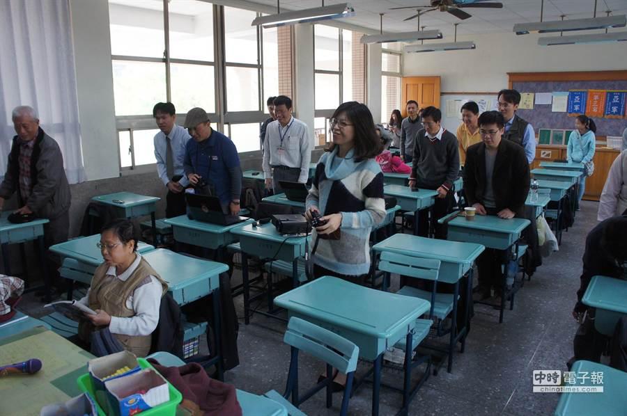 昔日學生全體起立敬禮,唯一還坐著的是太座陳順潮老師。(周麗蘭攝)