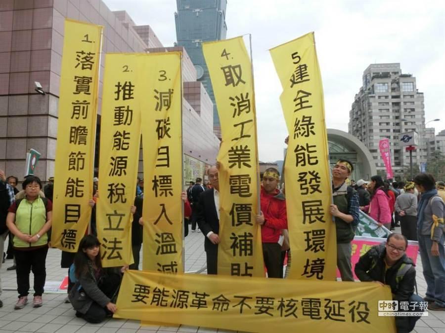 全國能源會議今天登場,由多個環保團體共組的全國廢核行動平台一早就聚集在會場外抗議。(圖/全國廢核行動平台)