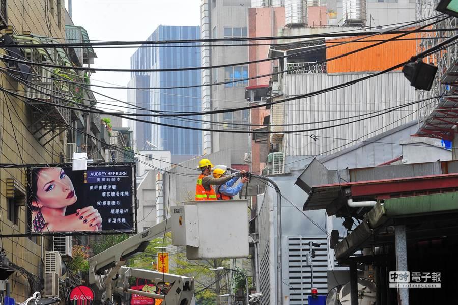 台北市政府觀光傳播局選定大同區南京西路商圈為首波大型街廓纜線示範清整區。(劉宗龍攝)