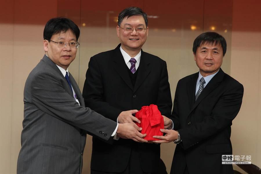 科技部26日舉行部長交接典禮,新任部長徐爵民(右)。(林后駿攝)