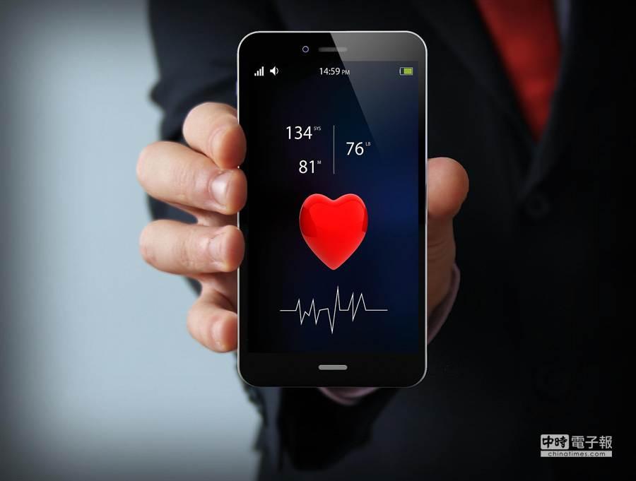 你是否手機從不離身、睡前總是愛滑手機、晚上也不關機?如果是的話,奉勸你要多多注意身體,並接續了解一下手機對於健康的傷害。(圖/popsugar)