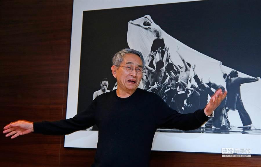 林懷民在記者會上,以一舞蹈動作邀請媒體來淡水玩,讓全場大笑。(方濬哲攝)