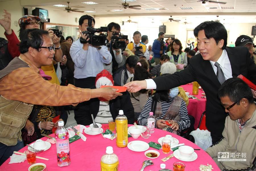 台南市長賴清德發紅包給街友。(程炳璋攝)