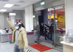 萬華銀行防搶演練  逼真引民眾圍觀