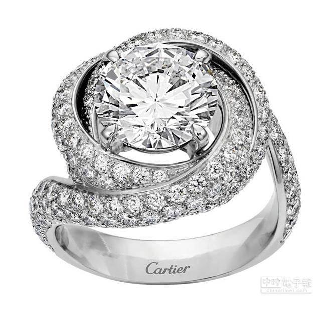 卡地亞Trinity Ruban鑽戒,主石備有0.50至4.99克拉鑽石可供選擇,參考價格約NT$347,000元起。三環繾綣相交形成戒台,環抱中央明亮式切割的圓鑽,纏綿與呵護的情意盡在其中。