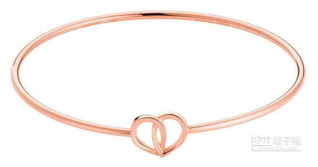 萬寶龍摯愛系列玫瑰金手環,建議售價69,600元。由兩片相互交織、閃耀光芒的玫瑰花瓣組成心型,象徵著戀人間的堅貞的愛情共鳴。