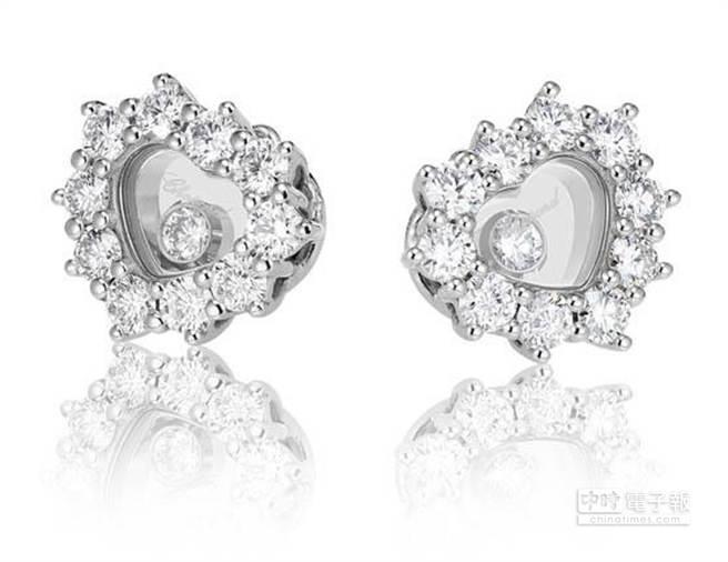 Chopard Happy Diamonds 18K白金心形耳環,鑲崁0.8 克拉白鑽與2顆滑動鑽石,建議售價414,000元。18K白金項鍊鑲崁0.68克拉白鑽與3顆滑動鑽石,建議售價286,000元,18K白金戒指鑲崁0.56克拉白鑽與3顆滑動鑽石,建議售價232,000元。