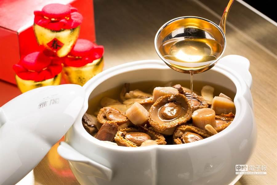 去年5月才開幕的台北文華東方酒店,今年也有外賣年菜,圖為〈雅閣〉主廚作的〈極品佛跳牆〉。(圖/台北文華東方酒店)