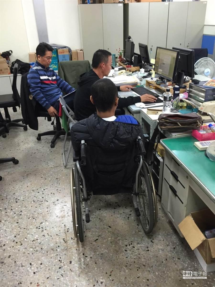羅姓嫌犯(坐輪椅者)靠著殘障身分,5年被抓10次都未受羈押坐牢,遭釋放後仍有恃無恐繼續販毒,這次台南市刑大蒐證齊全,讓他與弟弟一起就逮,且羈押獲准。(程炳璋攝)