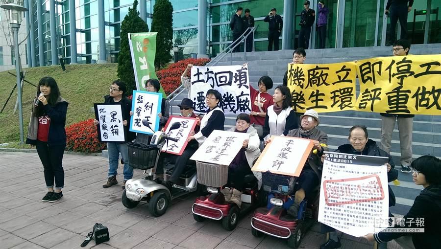 樂生自救會等公民團體,今早在台北高等行政法院前辦記者會,呼籲新莊捷運機廠立即停工,並重做環評。(張嘉文攝)