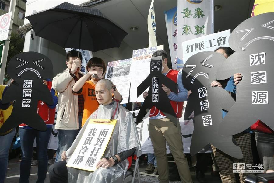 遭華航停飛的幹部張書元落髮抗議。(張鎧乙攝)