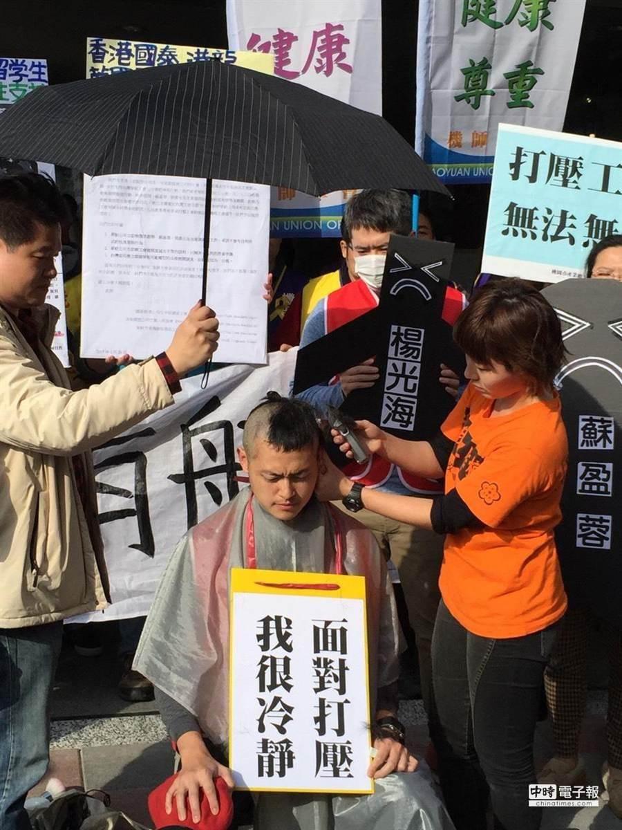 華航空服員張書元以落髮方式,對華航發出抗議。(蔡偉祺攝)