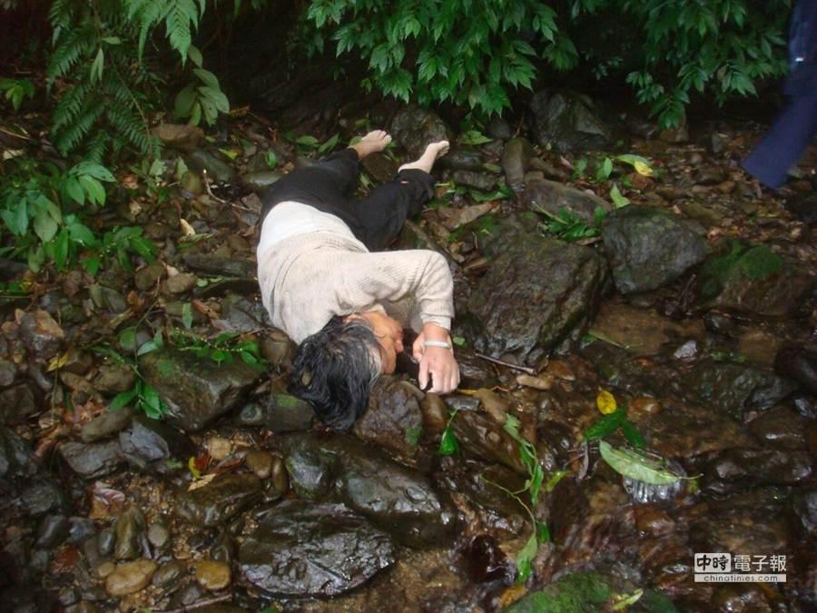 1名年約70歲的老婦人今天(29日)下午被人發現倒臥在新店山區溪谷,全身不停發抖。(孟祥傑翻攝)
