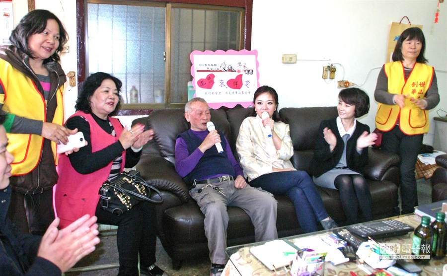 ▲華山.創世基金會的志工們與愛心天使小潘潘陪同長者大合唱。(楊樹煌攝)