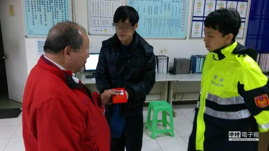 簡姓男子(中)感謝吳姓計程車駕駛(左)拾金不眛,致贈5000元紅包答謝。(孟祥傑翻攝)
