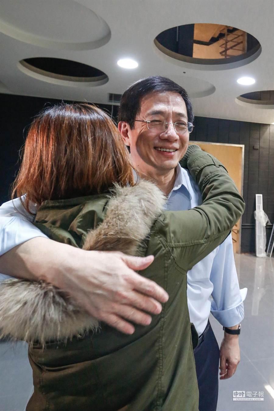 管中閔(右)發表離職聲明時,見到媒體記者流下淚來,管中閔大方給予擁抱。(陳振堂攝)