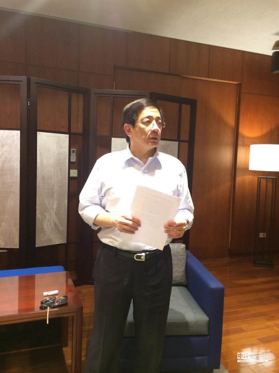 國發會主委管中閔現身,表示辭呈聲明寫了好幾天,以陸游《劍門道中遇微雨》詩,來表達自己此刻的心情。(洪凱音攝影)