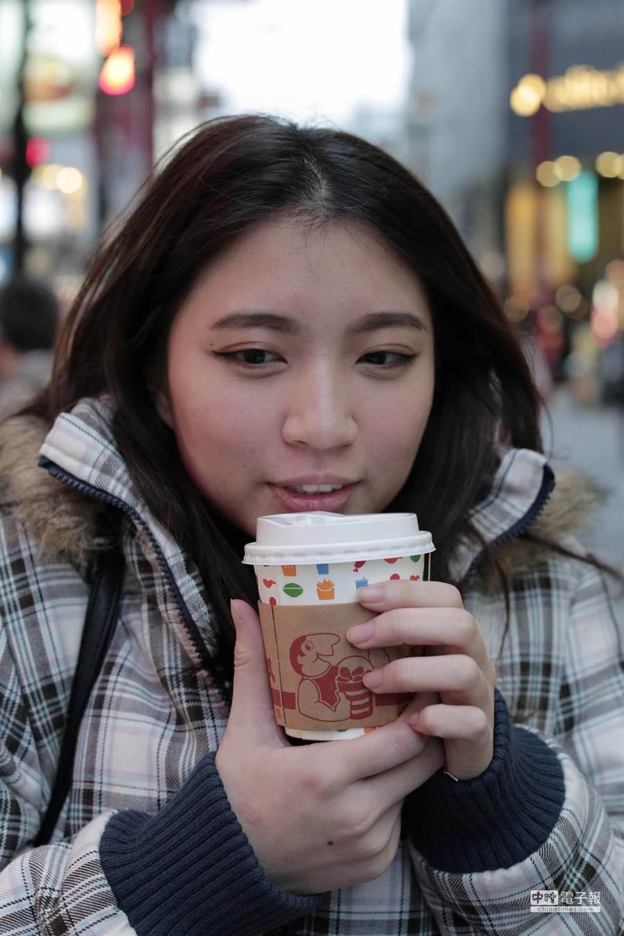 冬天喝熱飲,小心杯口如虎口。(此圖與該個案無關)(鄧博仁攝)