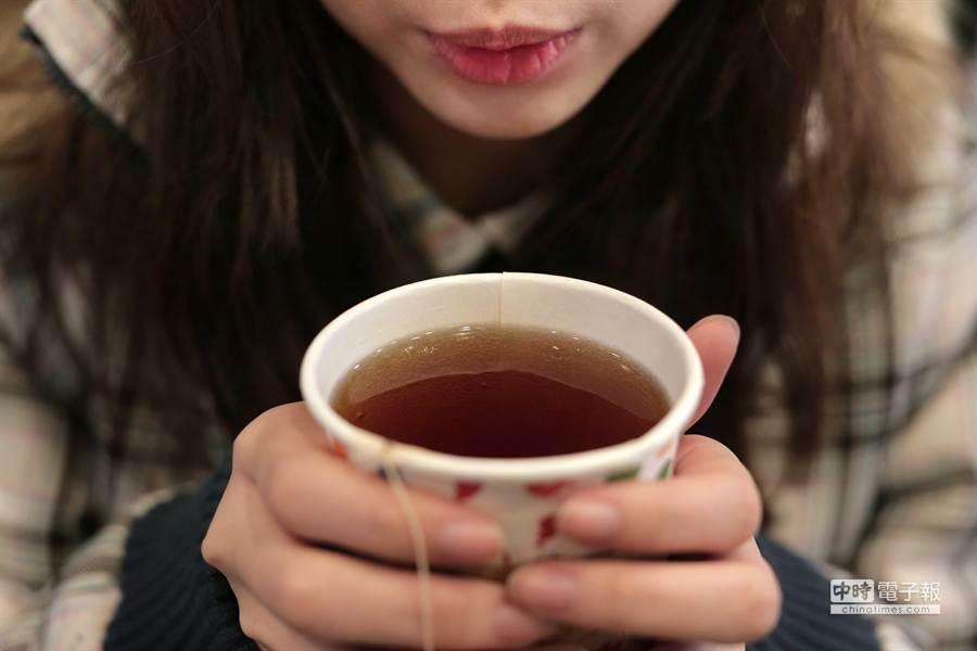 喝熱飲時要小心。(此圖與該個案無關)(鄧博仁攝)